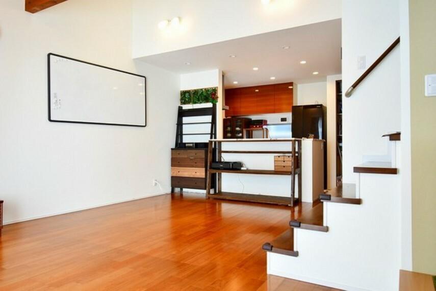 居間・リビング 吹抜けと見せ梁、リビング階段のオシャレなリビング 開放的な空間でおくつろぎいだだけます