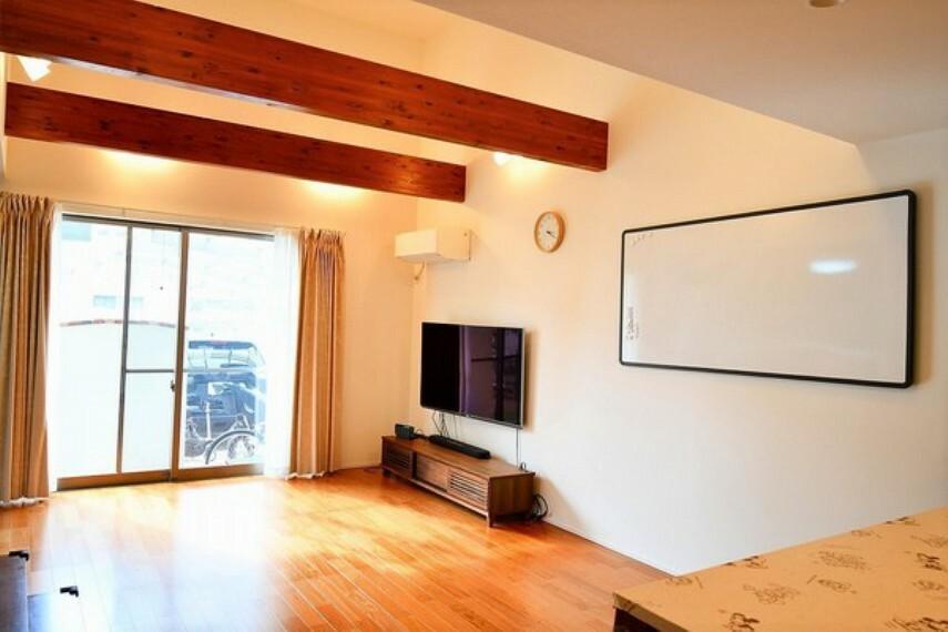 居間・リビング 明るいリビング 白と木目のコントラストが綺麗です