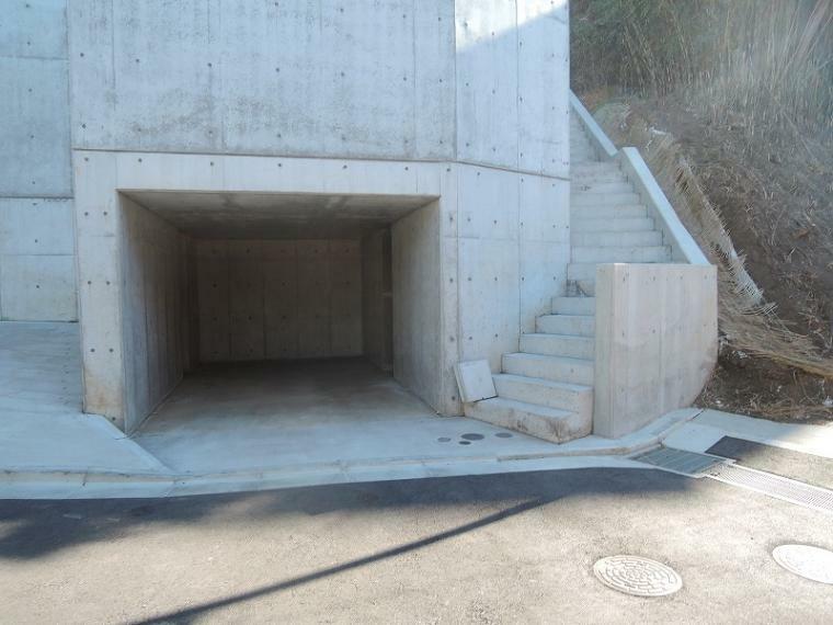 現況写真 C区画のビルトイン車庫。ビルトイン車庫内の左右に備蓄倉庫が1つずつあります。