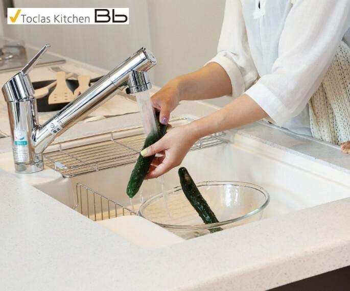 発電・温水設備 【浄水器付きシャワーホース水栓】  浄水と原水の切り替えがワンタッチで簡単に操作ができる水栓。ホースを伸ばせば掃除も給水も便利です。