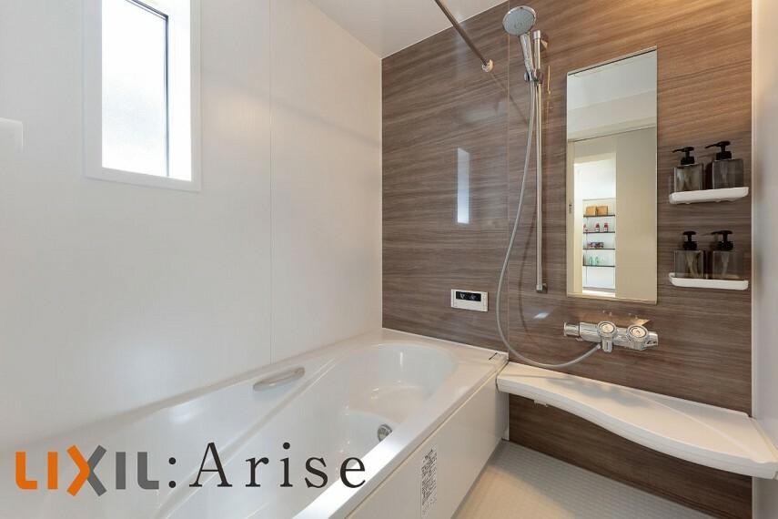 発電・温水設備 【バスルーム】  浴室はLIXILのアライズを採用。最後のお一人まで温かいお湯を保つサーモバスや、冬場でも冷っとしないサーモフロアなど、ご家族の1日の疲れを癒してくれる設備を備えてます。