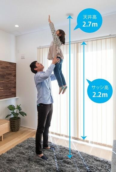 居間・リビング 【天井が高く開放的なリビング】  家族が集うリビングの天井高は、一般的な住宅よりも高く設定しました。縦方向のゆとりが開放的な空間を創出し、より快適に寛ぎの時間を過ごして頂けます。