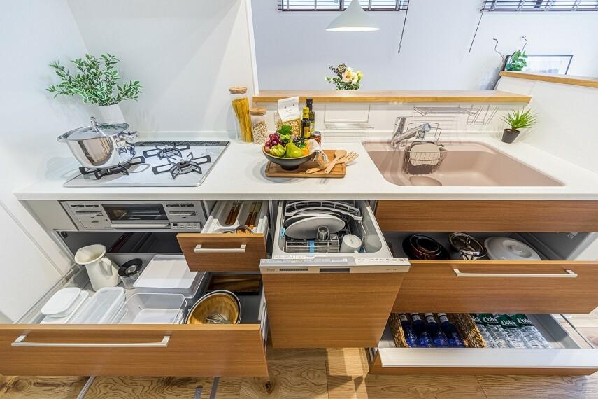 キッチン 【キッチン/トクラスBb】  デザインの美しさと機能性、ふたつの面を追求したトクラスキッチン。開放的でのびのびとした使い心地に、水栓から収納、お手入れのしやすさに至るまできめ細やかな配慮が感じられます。