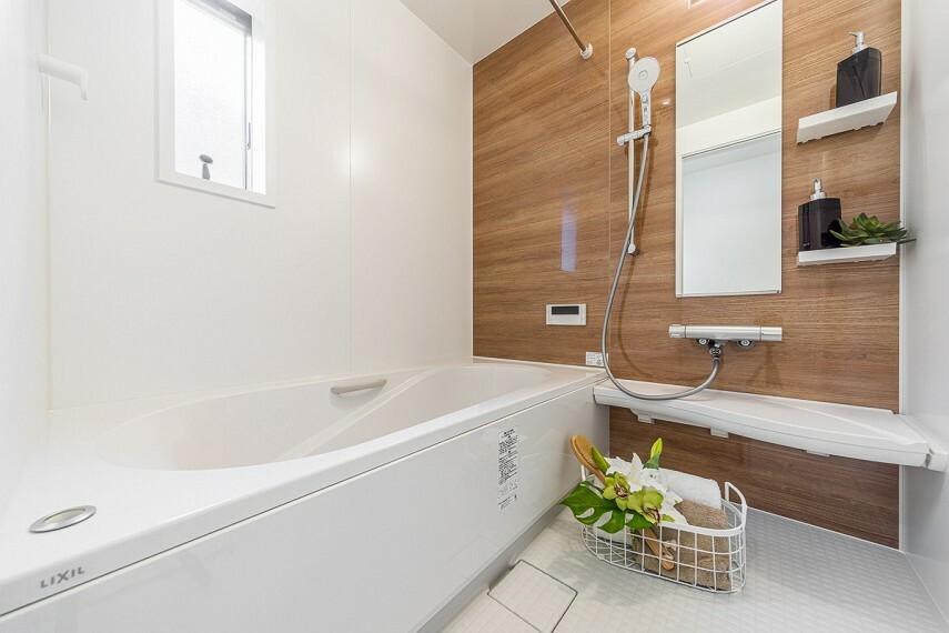 浴室 【バスルーム/LIXILアライズ】  浴室には、LIXILアライズを採用。ゆったりリラックスできる浴槽に、ひんやりしない床、掃除のしやすいカウンターなど、快適なバスタイムが生まれる工夫が施されています。