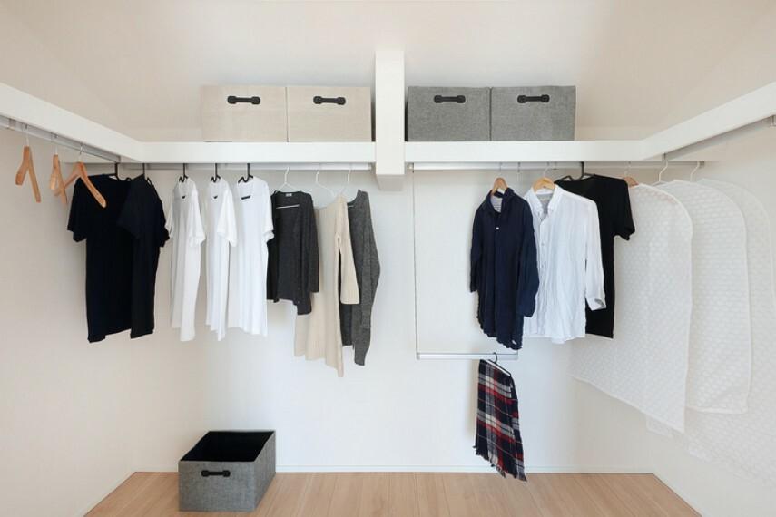 【ウォークインクロゼット】  家族の衣類や大型家電なども収納できる大容量のクロゼット/当社施工例