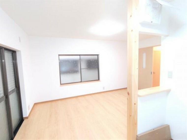 居間・リビング 【リフォーム済】キッチンから見たリビングです。床はフローリング施工、壁・天井はクロスを張って照明新設しました。