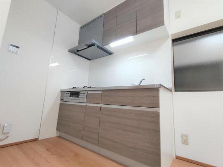 キッチン 【リフォーム済】キッチンはハウステック製の新品に交換しました。引出には一升瓶や寸胴鍋のような背の高いものも収納できます。天板はサビにくいステンレス仕様です。