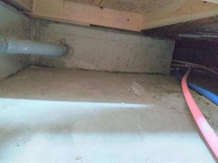 構造・工法・仕様 中古住宅の3大リスクである、雨漏り、主要構造部分の欠陥や腐食、給排水管の漏水や故障を2年間保証します。その前提で、床下まで確認の上でリフォームし、シロアリの被害調査と防除工事も行います。