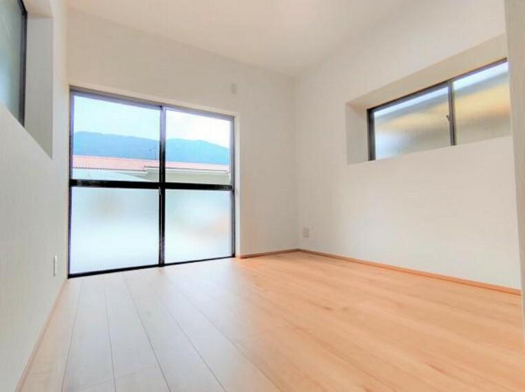 【リフォーム済】既存のDKは洋室に変更しました。床のフローリング施工、壁・天井のクロスを張り、照明を新設しました。リビング以外に1階に一部屋、2階に3部屋と使い勝手の良い間取りとなっております。