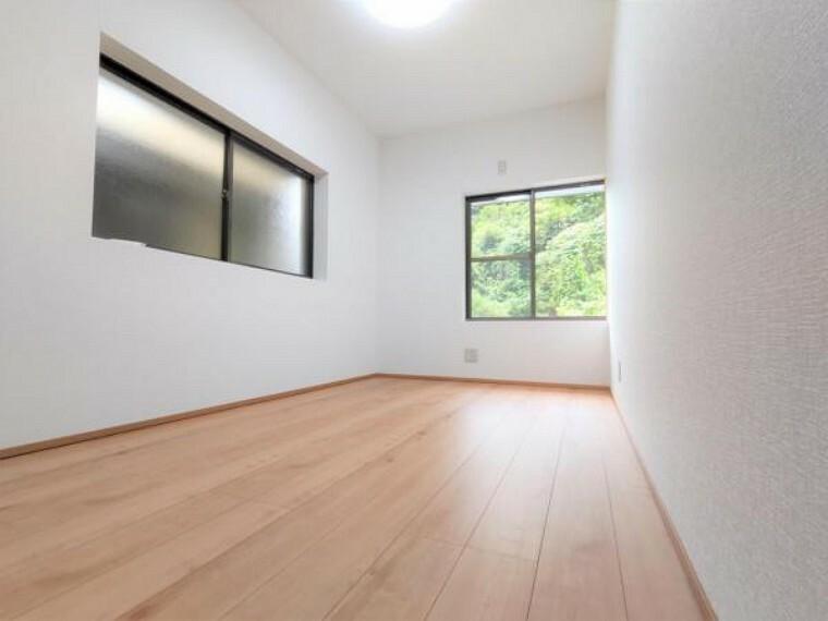 【リフォーム済】2階の東側洋室は和室から洋室に変更しました。床のフローリング施工、壁・天井のクロスを張り、照明を新設しました。南側に窓があり、日当たり良好です。