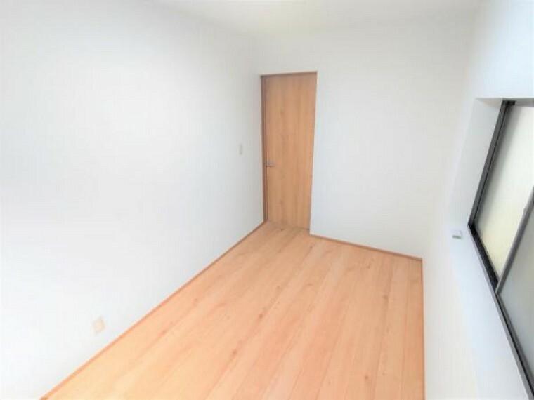【リフォーム済】2階東側洋室の別角度です。元々は隣の部屋と続き間になっていましたが、壁を新設し別々の部屋に間取り変更しました。
