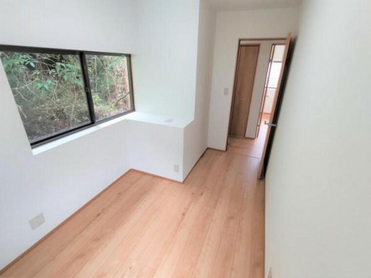 【リフォーム済】2階西側洋室は、床のフローリング施工、壁・天井のクロスを張って照明を新設しました。窓が2か所あるので通気・換気良好です。