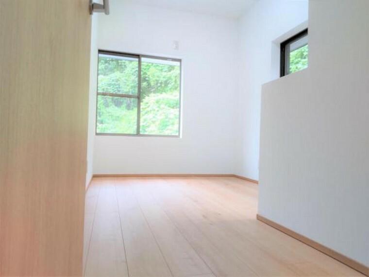 【リフォーム済】2階西側洋室の別角度です。床のフローリング施工、壁・天井のクロスを張って照明新設しました。床は住友林業クレスト製のフローリングを使用。ワックスいらずでお手入れ簡単です。