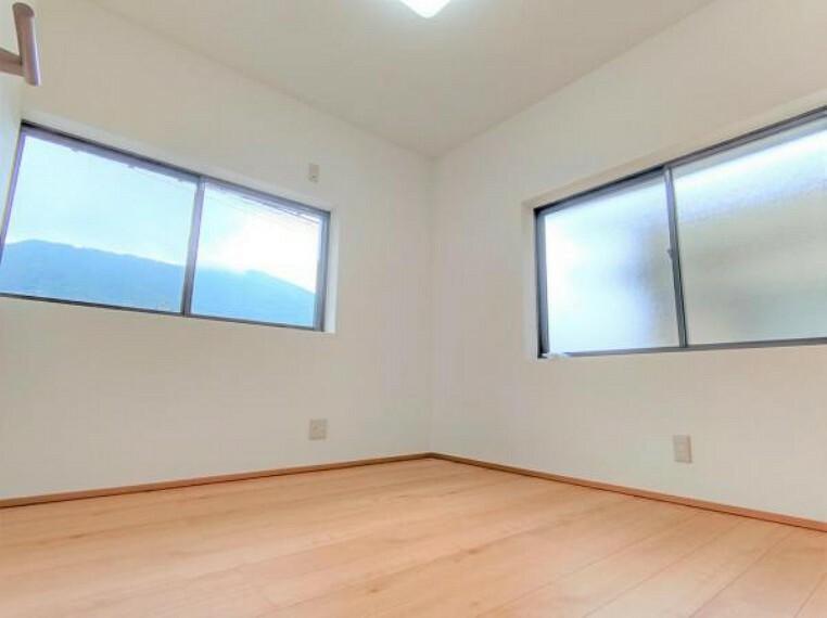 【リフォーム済】2階北側洋室です。和室からの変更に伴い、壁と天井はクロスで仕上げました。床は住友林業クレスト製のフローリングを使用しています。窓が2か所あるので、北側ですがあまり暗さを感じません。