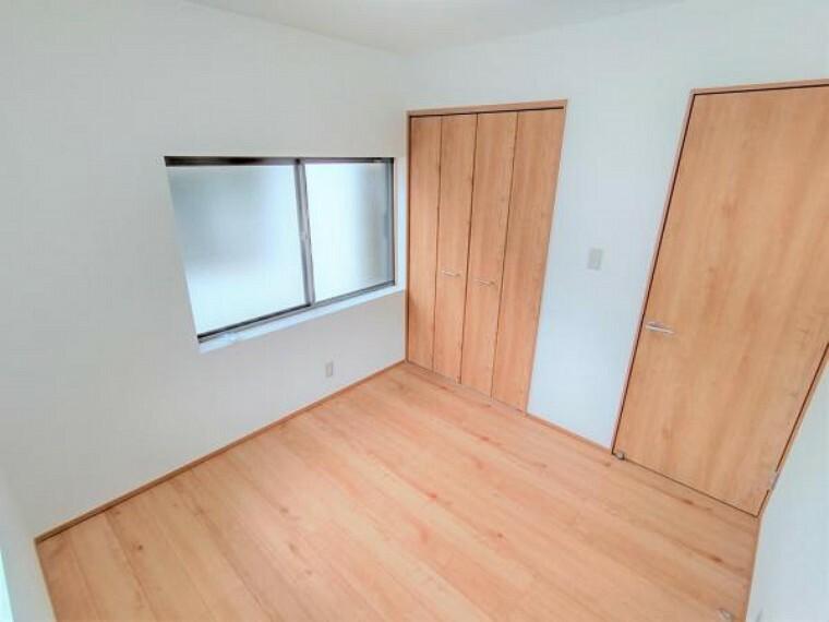 【リフォーム済】2階北側洋室の別角度です。4.5帖と少し狭いですが、クローゼットを新設しましたので部屋を目一杯使うことができます。扉など建具も住友林業クレスト製のものを使用しています。