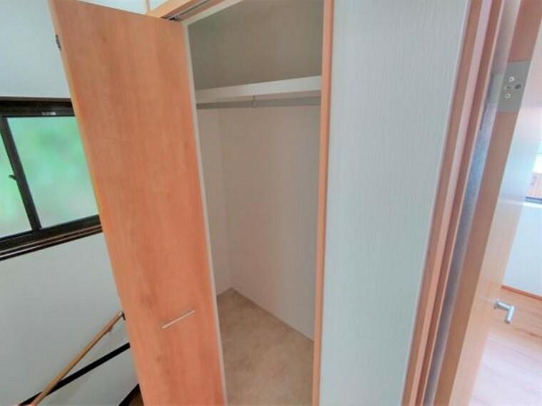 収納 【リフォーム済】2階階段横の収納は押入れからクローゼットへ変更を行いました。枕棚とハンガーパイプ付きで使い勝手がいいですよ。