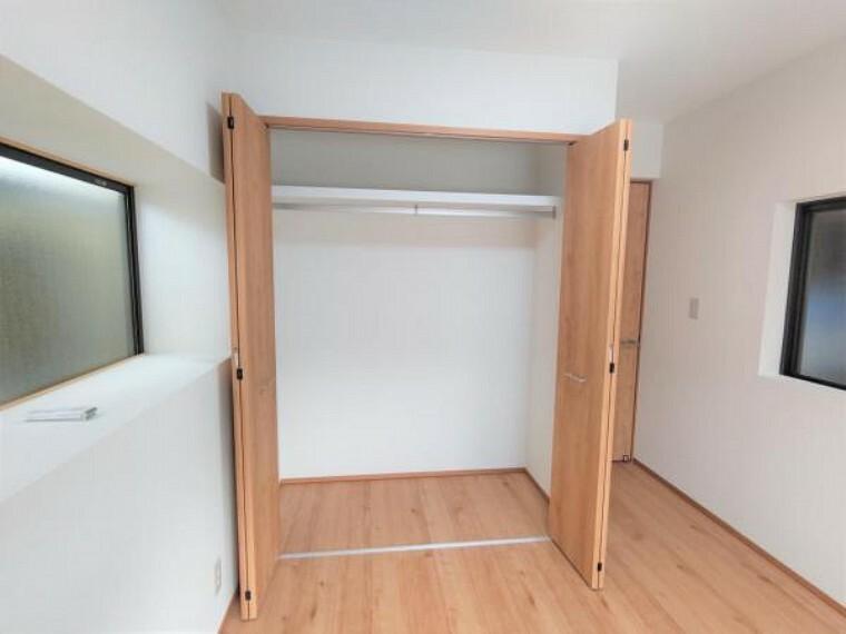 収納 【リフォーム済】1階北側洋室にもクローゼットを新設しています。住友林業クレスト製の建具を使用。ハンガーパイプ付きでお洋服の収納も楽々ですね。