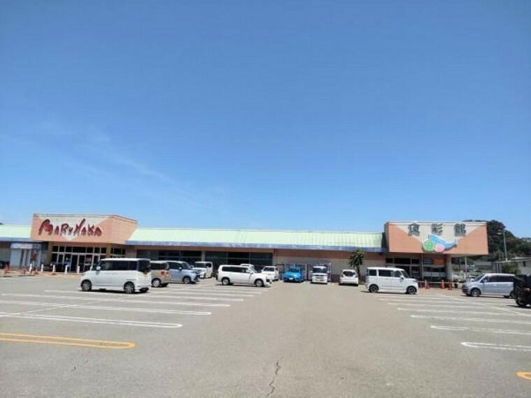 スーパー マルナカ土佐店様まで約1000mです。この位置にスーパーがあればお仕事帰りにそのまま寄れて便利ですね。