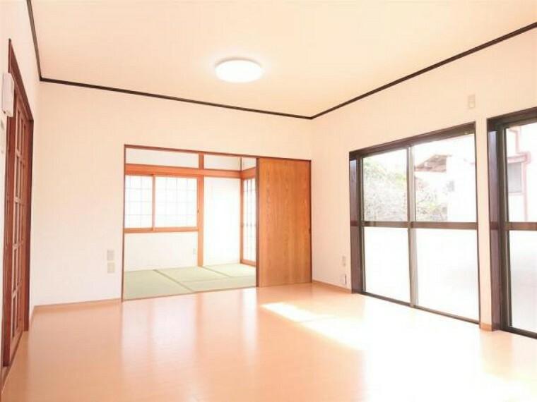 居間・リビング 【リフォーム済】リビングはフローリング施工、壁・天井はクロスを張って仕上げました。隣の和室と続き間になっているので建具を開けると広く使うことができます。