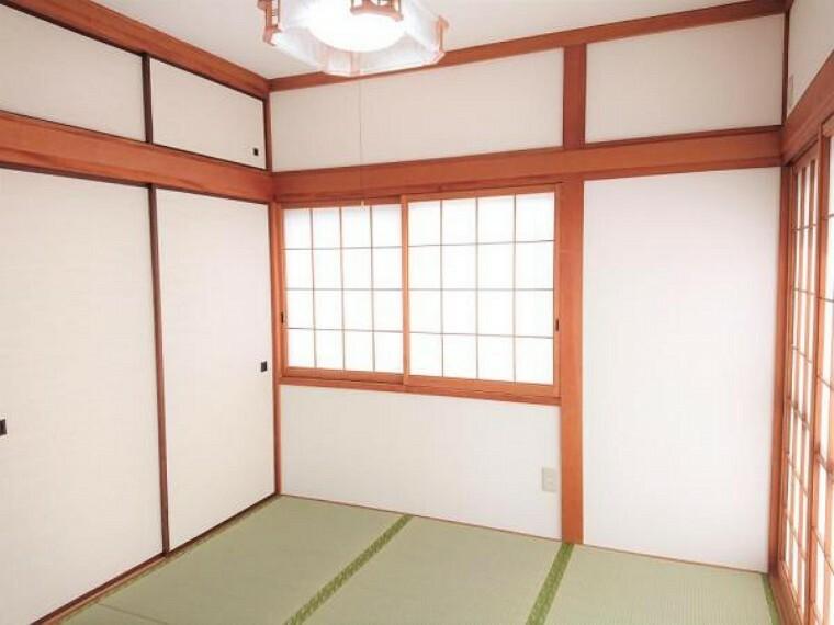 居間・リビング 【リフォーム済】1階和室は畳の表替え、襖の張替えを行い照明新設しました。南側にお庭があるので日当たり良好です。