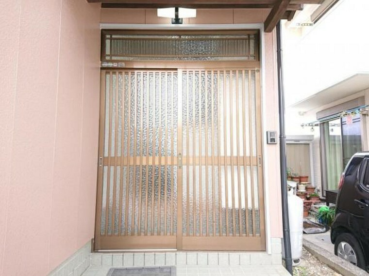 玄関 【リフォーム済】玄関はクリーニングと鍵交換を行いました。上には庇があるので雨の日でも濡れませんよ。