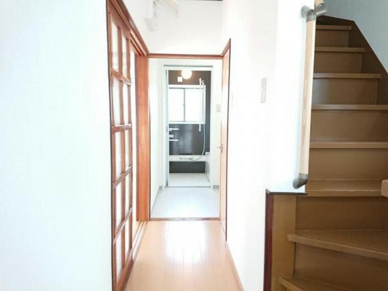 【リフォーム済】1階廊下は壁・天井クロス張替え、床はフロアを張り、明るい空間に仕上がっています。