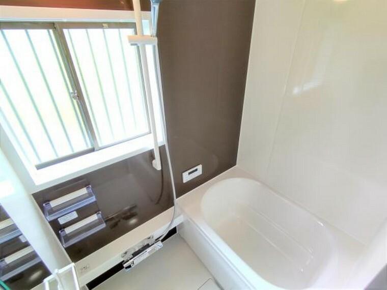 浴室 【リフォーム済】浴室はハウステック製の新品のユニットバスに交換しました。浴槽には滑り止めの凹凸があり、床は濡れた状態でも滑りにくい加工がされている安心設計です。
