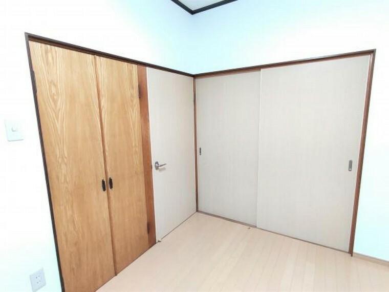 収納 【リフォーム済】2階洋室は壁・天井クロス張替え、床はフロアを張りました。収納スペースがあると荷物の多い方でも安心です。