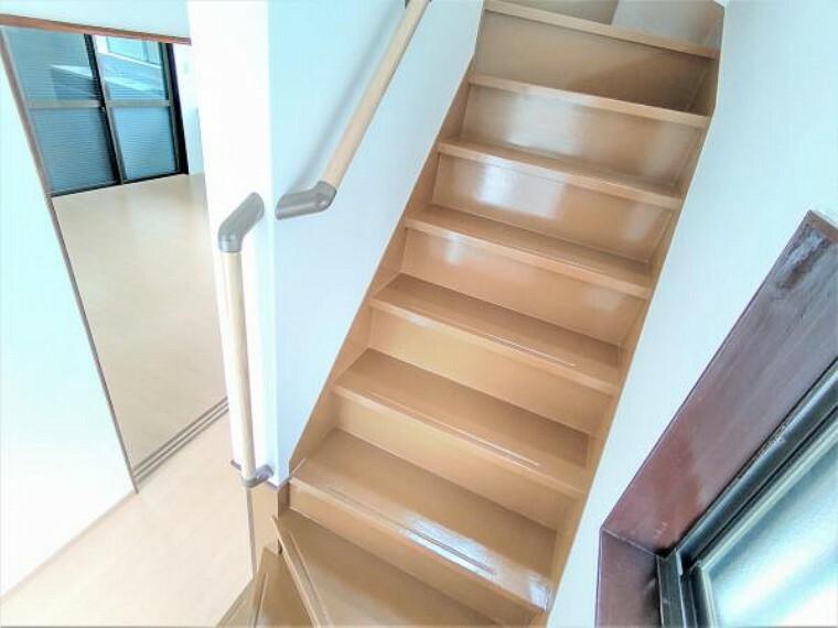 【リフォーム済】階段は壁・天井クロス張替え、床は塗装を行いました。手すりも新設したのでお子さんやご年配の方でも安心です。