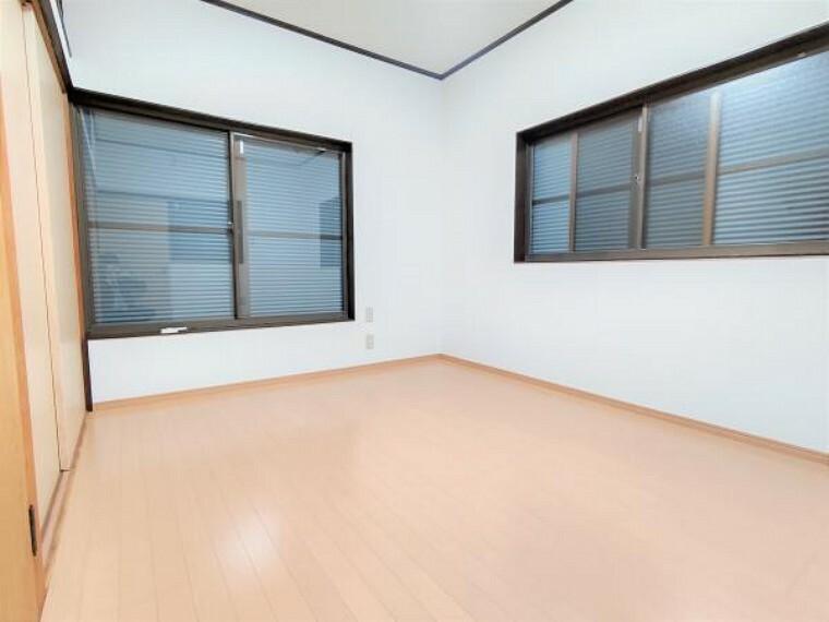 【リフォーム済】2階洋室です。壁・天井クロス張替え、床はフローリング施工を行いました。南向きで日当たり良好です。