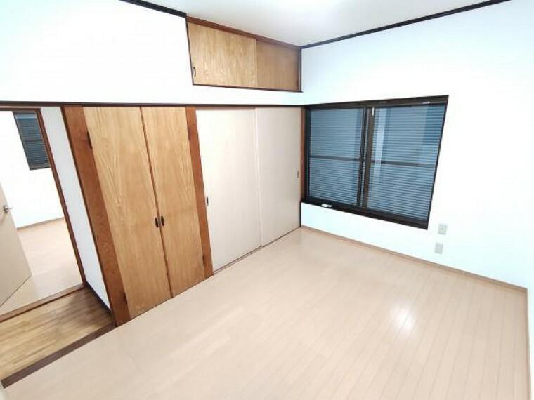 収納 【リフォーム済】2階洋室の押入です。クリーニングを行いました。引き違いと両開きタイプの収納です。扉を取り除いてデスクスペースとしての活用もいいですね。