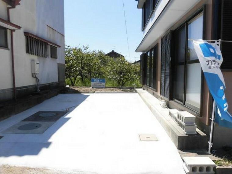 駐車場 【リフォーム済】建物南側の駐車スペースは令和3年8月に土間コンクリート打設を行いました。普通車1台と軽1台が駐車可能です。奥には少しですが花壇のスペースがあります。