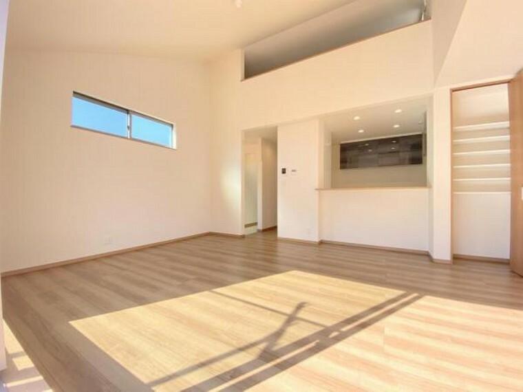 居間・リビング リビングは2階ならではの勾配天井を採用しており、より開放的な空間を演出しております!