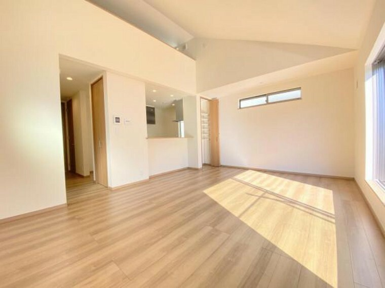居間・リビング 豊かな採光を確保する2階リビング!地上から高さもあるのでプライベートを確保できますよ!