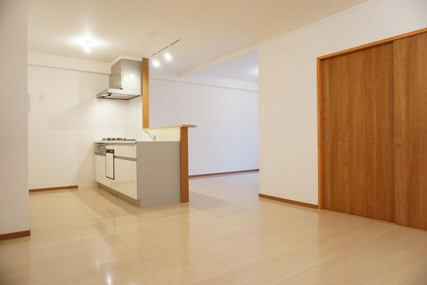居間・リビング キッチンから会話が弾みそうなリビングは広々約18帖あります。快適な生活が想像できますね^^