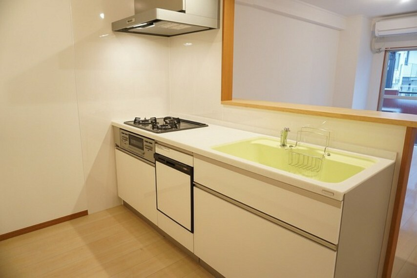 キッチン 対面式キッチンなのでリビングにいるご家族とコミュニケーションをとりながら洗い物やお料理ができますね。