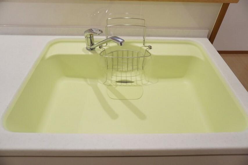 キッチン パステルカラーのシンクは大きめのお鍋も洗いやすそうです。