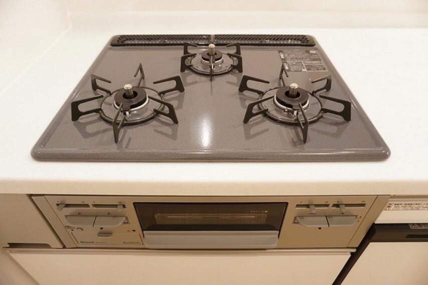 キッチン 3口コンロなので効率よくお料理ができそうです。