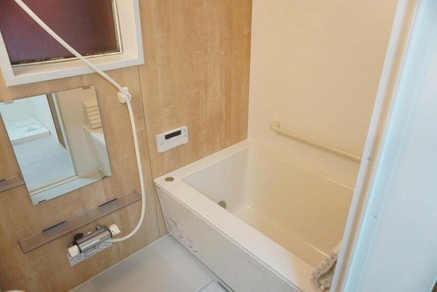 浴室 窓・浴室乾燥機付きのバスルームです。カビ対策や雨の日のお洗濯にも対応できますね。