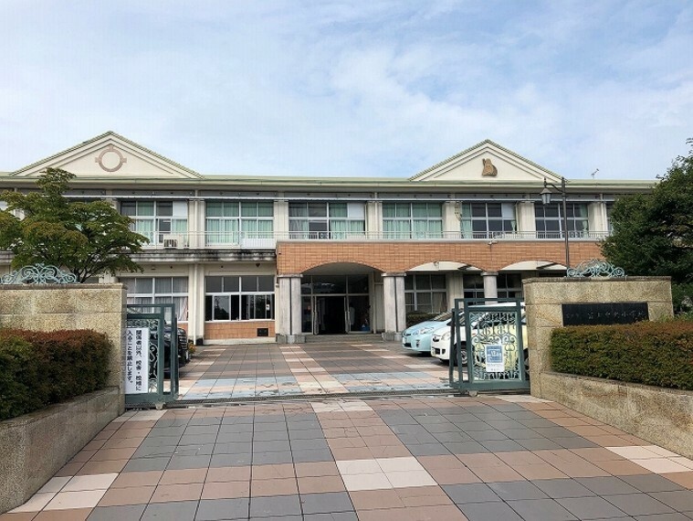 小学校 徒歩12分(900m) 児童数547名(令和2年度) 学校教育目標「しなやかに 挑み続ける ~かしこく やさしく たくましく~」 富士山の良く見える校舎で、とてものびのびした学校生活をおくれます。