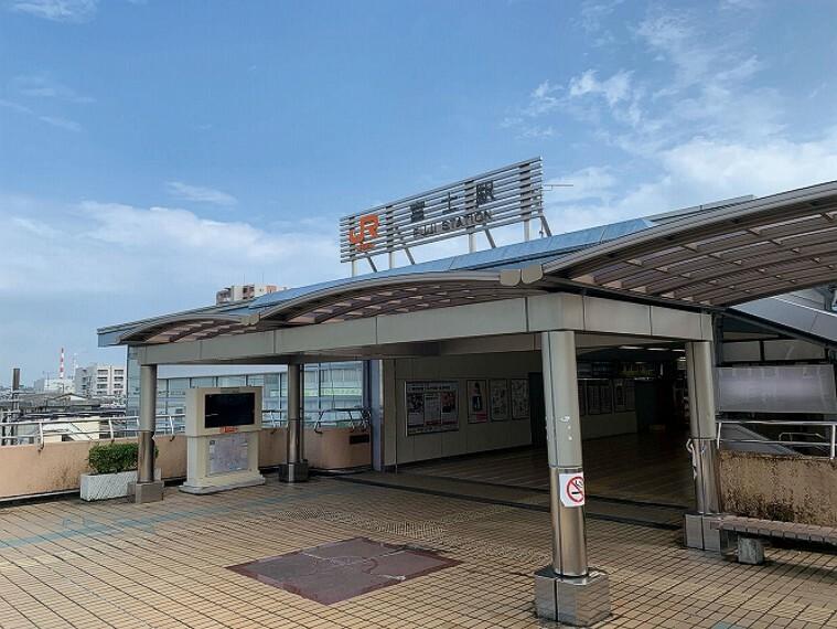 徒歩15分(1200m) JR身延線のターミナル駅にもなっております。改札口からホームへの昇降にはエスカレーター、エレベーターを利用することができます。