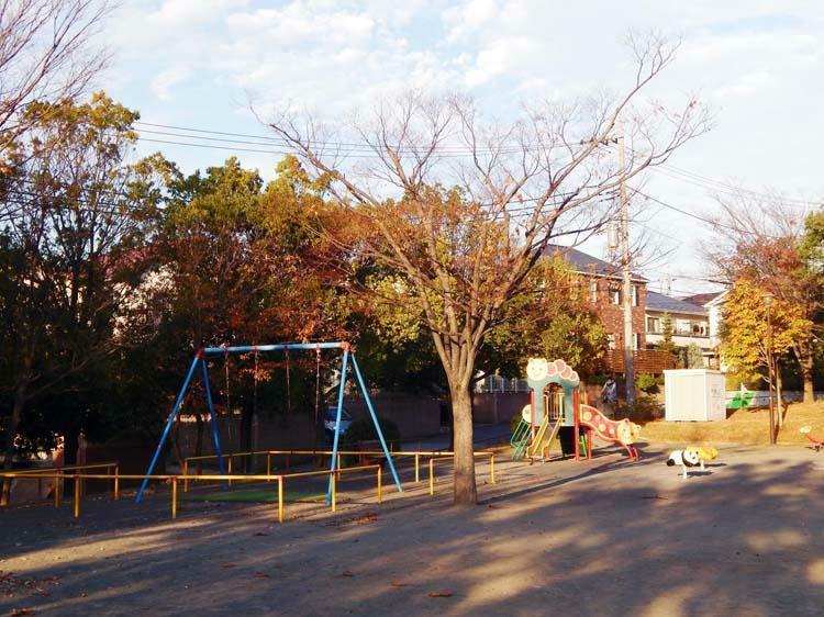公園 美しが丘西山王坂公園まで290m 現地近くの緑豊かな公園。ブランコ、鉄棒、お砂場があり近所の子供も元気に遊んでいます。