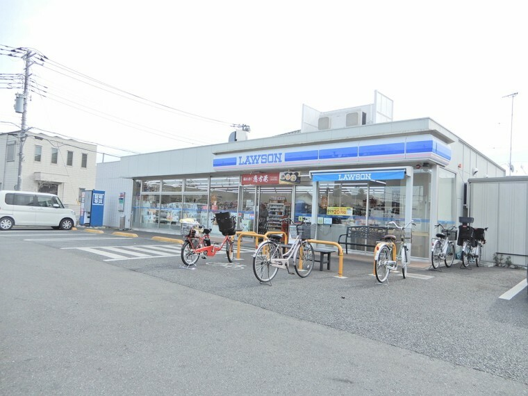コンビニ ローソン、ローソンカフェがあるので温かい飲み物も作り立てで提供してくれる。また、郵便ポストもあるので郵便局やポストを探さなくてもローソンで郵便物が送付できるのも便利。ポンタカードが便利。