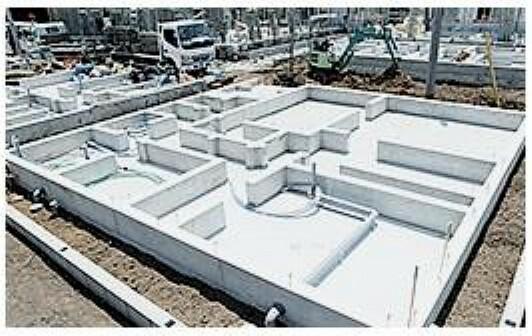 共用部・設備施設 基礎部分の地面からの立ち上がりを400mm以上とし、幅は150mm確保します。 基礎の立ち上がり部分の幅を30mm(通常120mm)大きく取る事で基礎にかかる 上下の力(せん断力)に対抗する力が増し、強い基礎が出来ます。