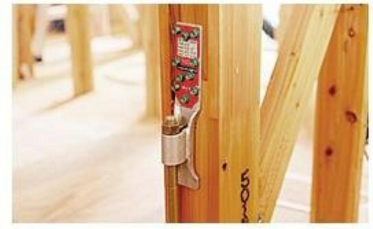 共用部・設備施設 構造部材の接合部強化の為、必要部品に性能認定金物を使用し、 耐震性を高める工夫をしています。 地震等により強い引き抜きの力がかかる柱は、基礎に埋め込んだ ホールダウンアンカーを使用して基礎と軸組とを緊結しています。