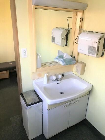 洗面化粧台 トイレから出るとすぐ洗面台あり!