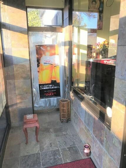 玄関 窓付きで明るい出入口です!