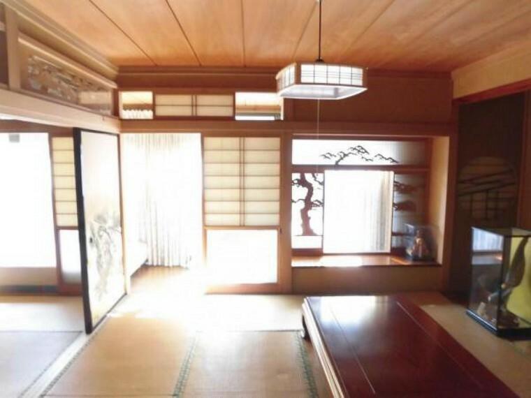 和室 (リフォーム前)1階玄関横にある8畳の和室です。玄関からすぐの位置にあり客間として使えます。畳表替え、クロス・襖・障子張替、LED照明交換します。