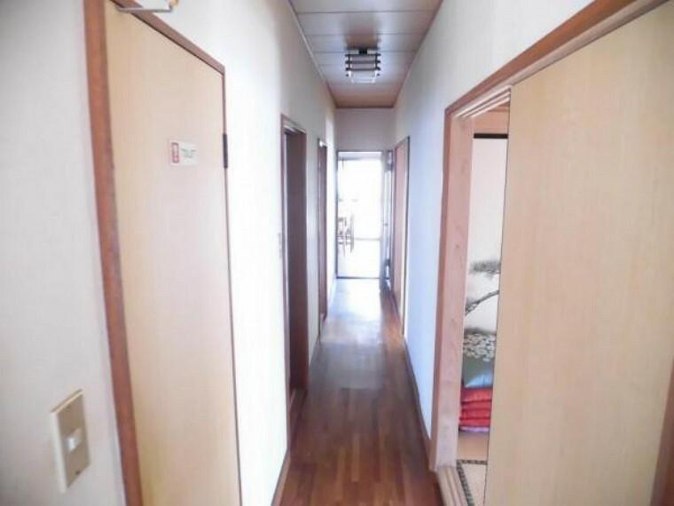 (リフォーム前)1階廊下は直線で各部屋への出入りがしやすいです。クロス張替、フローリング重張、LED照明交換します。
