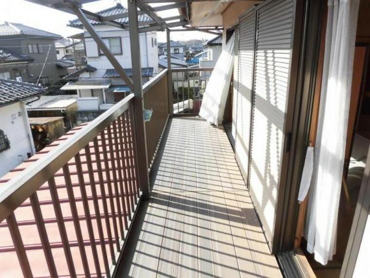 バルコニー (リフォーム前)2階のバルコニーは南向きで、日当たり・風通しが良く洗濯物が良く乾きます。お布団も一気に干せます。床板は塗装します。